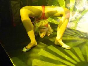 Die Schlangenfrau mit der Show Darbietung